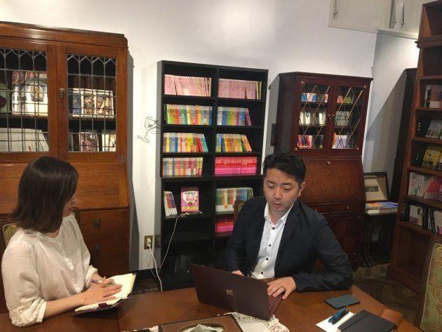 本の企画について打合せをする眞山さん(右)と小林さん
