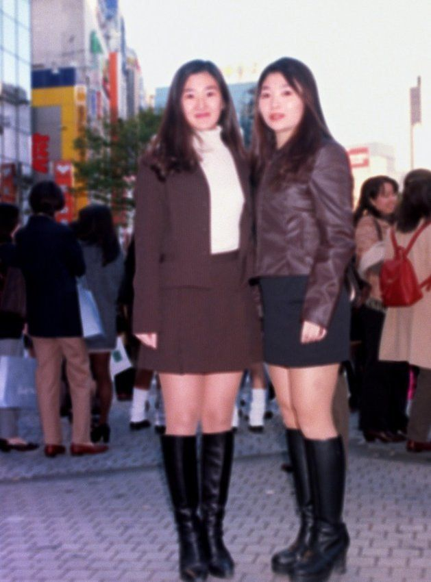 歌手の安室奈美恵に似たファッションをする「アムラー」(東京・渋谷区の渋谷センター街=1996年11月16日撮影)