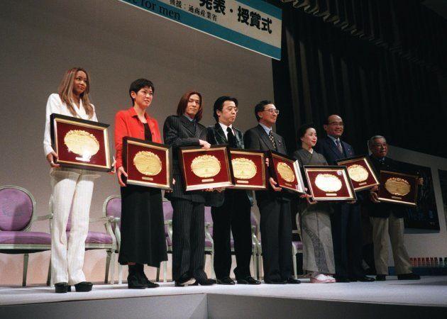 1996年度のベスト・ドレッサー賞に選ばれた喜びの安室奈美恵さん(左端、歌手)ら受賞者たち(東京・都内のホテル=1996年12月3日撮影)