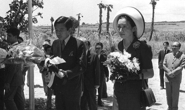 「魂魄之塔」(沖縄・糸満市)を訪れ、花束を手向ける皇太子ご夫妻(天皇、皇后両陛下) 撮影日:1975年07月17日