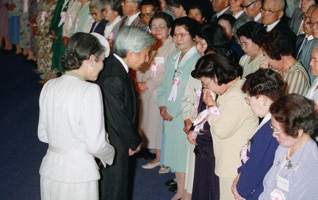天皇陛下として初めて沖縄を訪問され、沖縄戦最後の激戦地となった摩文仁にある沖縄平和祈念堂で、犠牲者の遺族らに声を掛けられる天皇、皇后両陛下=1993年4月23日、沖縄県糸満市 撮影日:1993年04月23日