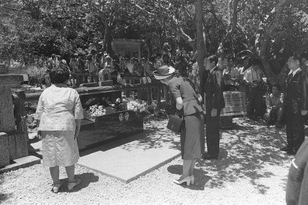 海洋博の開会式に出席されるため、初めて沖縄県をご訪問、ひめゆりの塔に参拝された皇太子さまと美智子さま(天皇、皇后両陛下)。この直後、過激派による火炎瓶事件が起きた。撮影日:1975年07月17日