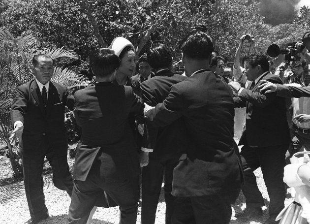 火炎瓶が投げられ、混乱の中、警備陣に守られ難を避けられる皇太子ご夫妻(天皇、皇后両陛下)[中央](沖縄・糸満市)撮影日:1975年07月17日