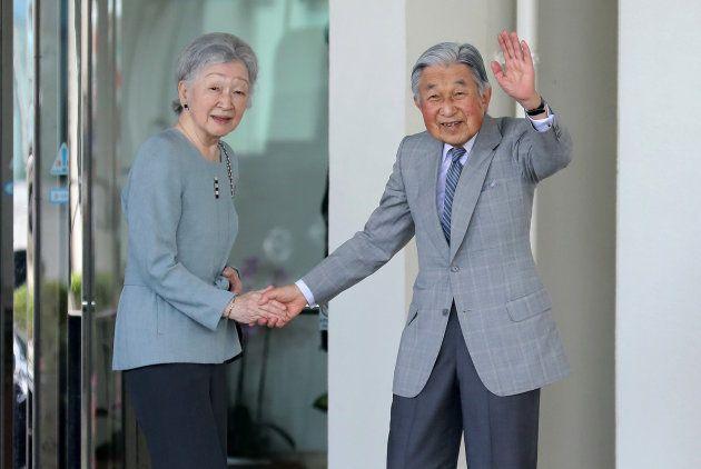 与那国島へ出発するため那覇空港に到着し、沿道の人たちに手を振られる天皇、皇后両陛下=28日、那覇市