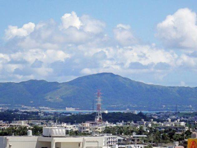 恩納岳:沖縄県立中部病院から臨む