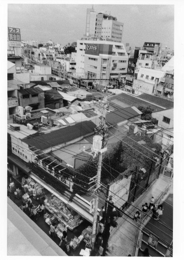 古い下北沢の象徴でもあった、今はなき駅前マーケットの姿。