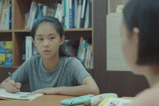 ボラはクラスでの人気も成績もトップでいつも友だちに囲まれているが、自分が持っているものを失うことに不安を感じている。
