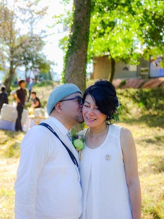 結婚を喜ぶ高橋さんとパートナー。「まさのりくんブローチ」もともに