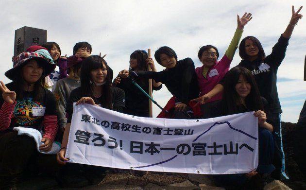 富士山に登頂した平間さん(右端)。その隣に田部井淳子さんがいる