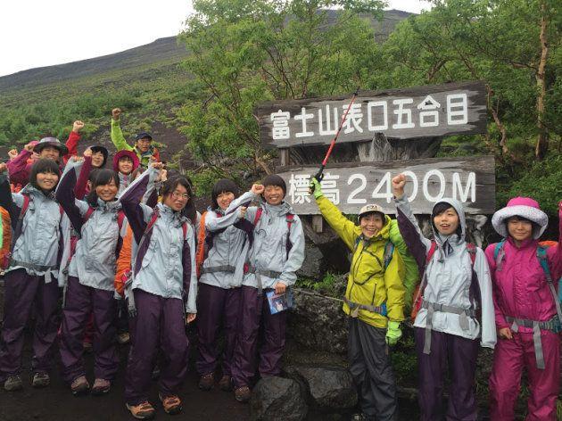 病室のベッドから登山口に駆けつけた田部井さん(右から3人目)