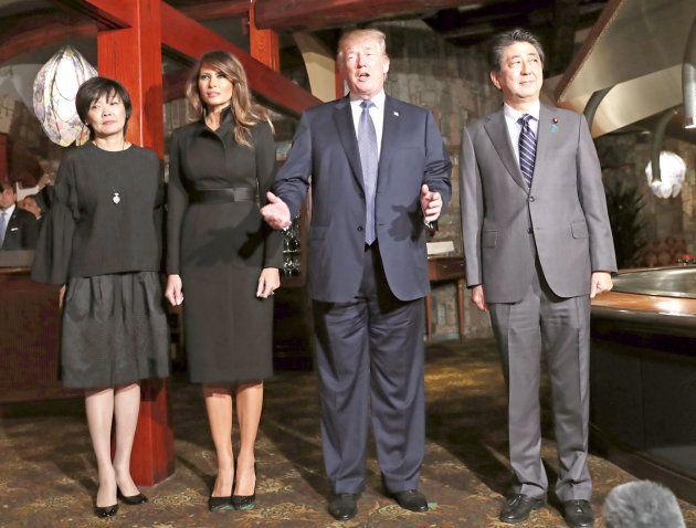夕食を共にするレストランで撮影に応じる(左から)安倍昭恵さん、メラニアさん、トランプ米大統領、安倍晋三首相、=5日夜、東京都中央区[代表撮影]
