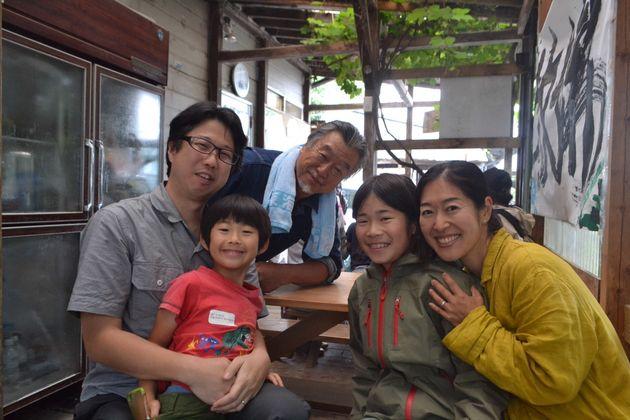 八戸さん家族(手前の4人)と磯沼ミルクファーム牧場主の磯沼