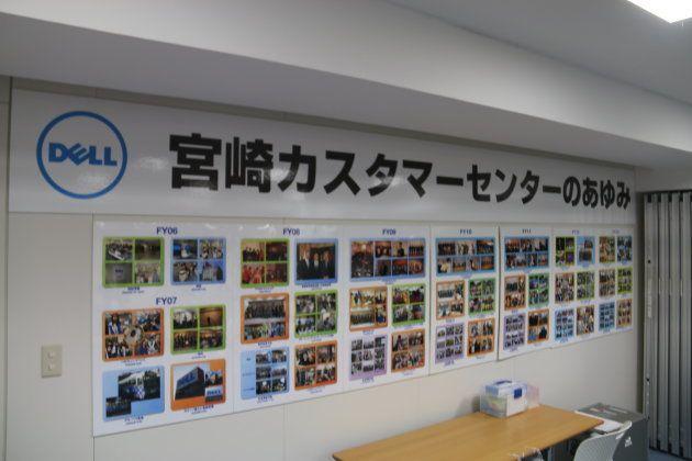 社内行事の写真が壁一面に貼られている