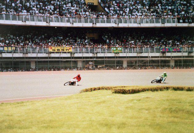 デビュー戦で見事勝利した森且行さん(赤いユニフォーム)(1997年7月6日撮影)