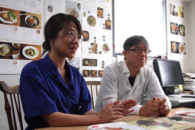 (左)『戦中・戦後の暮しの記録』担当編集者の村上薫さん(右)編集長の澤田康彦さん