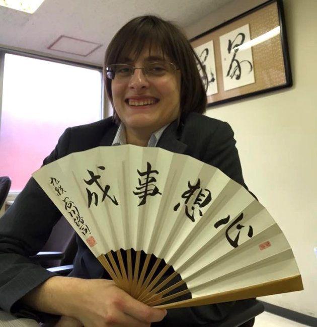 女流3級になった頃。右手に持つのは谷川浩司九段が揮毫した扇子。「心想事成」は「心に強く想う事は、きっと叶う」という意味。