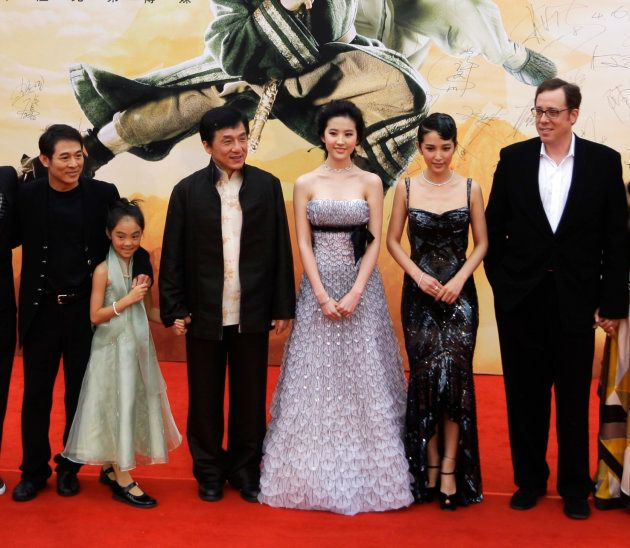 ジャッキー・チェンと並ぶリウ・イーフェイ(右から3番目) REUTERS/Jason Lee