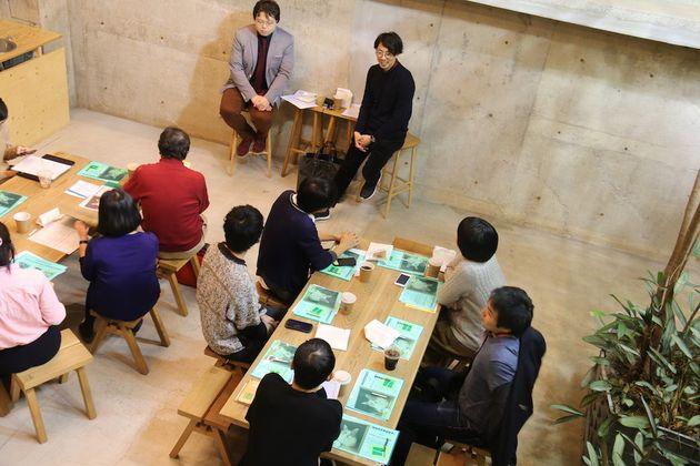 ハフポスト日本版ニュースエディターの吉川慧(左)、「マンガトリガー」編集長、小緑卓也さん(右)