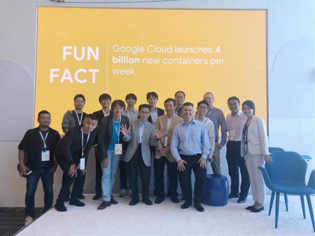 グーグルの講演終了後、北村直幸先生を囲んで(中央で両手を広げているのが北村先生)