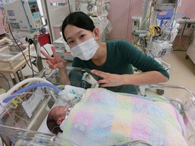 手術後、呼吸が戻らない早産児とその母親。笑顔の裏側には、不安や心配がいっぱい詰まっている