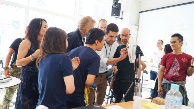 参加者の作品に手を伸ばしているのがシルヴァン准教授。右隣にテクティン氏。