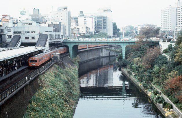 お茶の水橋とお茶の水駅。ノルウェイの森が出版された1987年の10年前の様子。