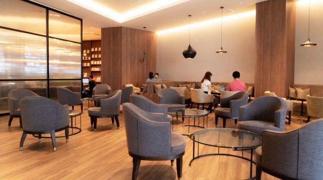 天井が高く開放感のあるビジネスエアポート六本木の共有ラウンジ。定期的に、交流会やビジネスセミナーも開催される。