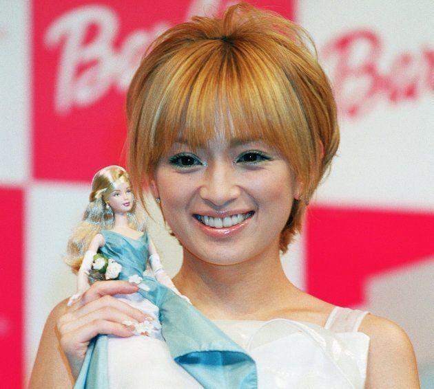 バンダイ主催の「バービーアワード2001」を受賞し、記念の特製バービー人形を贈られた歌手の浜崎あゆみ(2001年3月19日)