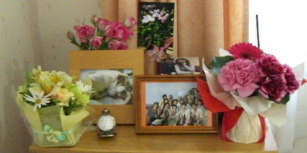 筆者は2007年3月、朋子さんを見舞っている。病室には乗車位置の特定活動で親交を深めた遺族らと撮った写真が飾られていた。