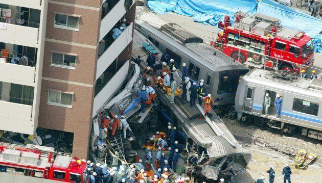 2005年4月25日、兵庫県尼崎市で起きたJR福知山線脱線事故。マンションに巻き付いているのが、小椋さんが乗っていた2両目。