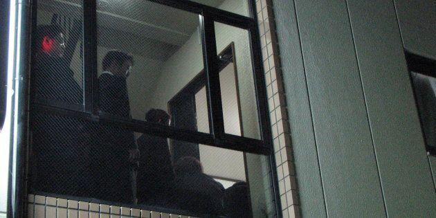 2006年10月16日、大阪市内で執り行われた女性の通夜。報道陣が取り囲む中、小椋さん夫妻も参列した。