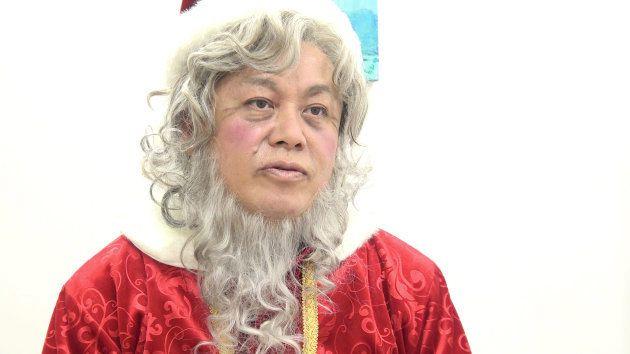ミュージカルの役柄「スクルージ」の衣装で取材を受けてくれた堀江さん