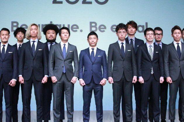 発表会では新商品のビジネススーツを着た男性たちがズラリと並んだ。女性用スーツは今後の展開になるという。