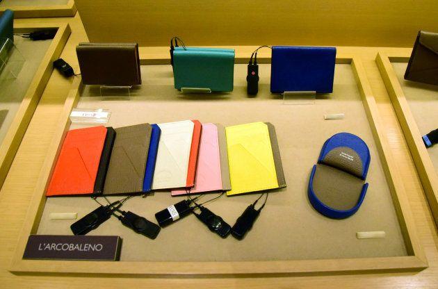 売場内には小型の財布が多く並ぶ