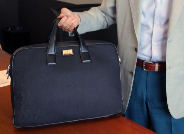 清原社長が出張で持ち歩く鞄。シャツ類は圧縮袋に入れるなど、工夫を凝らす。「荷物の優先順位を考えるのも楽しいんですよ」(清原社長)。最後まで残るのは「薬類」だとか。