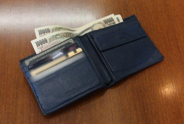 清原社長が愛用している二つ折り財布。紙幣は「2万円」、硬貨は「888円」と決めているという。「500円と50円と5円が1枚ずつ、100円と1円が3枚ずつあれば、硬貨の出入り枚数がほぼ変わらないんです」(清原社長)