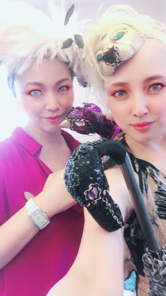 湘南バリアフリーフェスティバルでヘッドドレスのブランド「東京SASSY」のヘッドピースをつけた土屋光子さん(右)