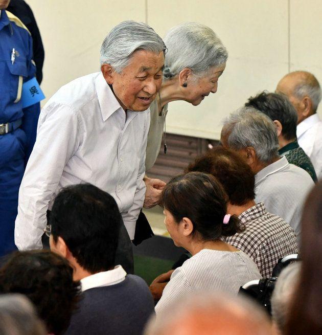 西日本豪雨の被災者に声を掛けられる天皇、皇后両陛下=9月21日、広島県呉市[代表撮影]