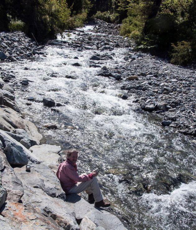 氷河から流れる水を飲む