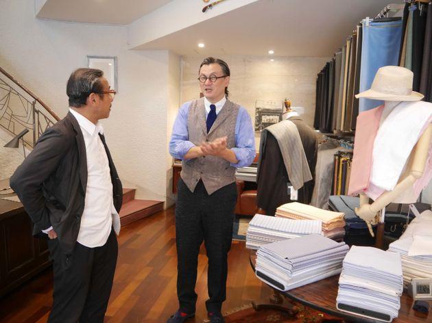 「本当は青野さんと一緒にお店に行って、サイズ感とかも確認したいんだけどね」と言いながら、青野に似合う服をひとつひとつ選んでいきました。