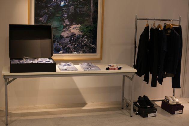 テーブルに並べられた、選りすぐりの洋服たち。「さっそく見てみましょうか」と遠山社長。