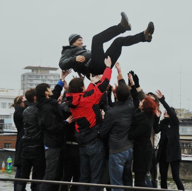「ルーマニアで社会主義者を胴上げする」の一シーン
