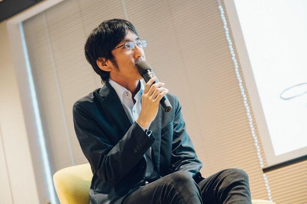 嘉村賢州(かむら・けんしゅう)1981年生まれ。兵庫県出身。京都大学農学部卒業。IT企業の営業経験後、NPO法人 場とつながりラボ home's viを立ち上げる。人が集うときに生まれる対立・しがらみを化学反応に変えるための知恵を研究・実践。2015年に1年間、仕事を休み世界を旅する。その中で新しい組織論の概念「ティール組織」と出会い、日本で組織や社会の進化をテーマに実践型の学びのコミュニティ「オグラボ(ORG