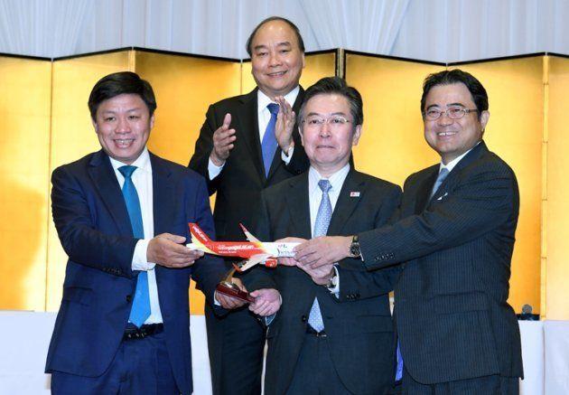 2018年10月10日に開催されたベトナム投資カンファレンスにて、日本~ベトナム間3路線の就航記念セレモニーを行った。ベトナムのグエン・スアン・フック首相(2列目)、観光庁長官 田端 浩氏(右から2番目)、ベトジェット理事会副議長