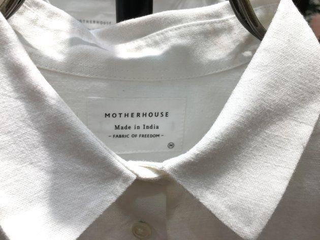 インドの職人が手がけたシャツ。タグには「FABRIC OF