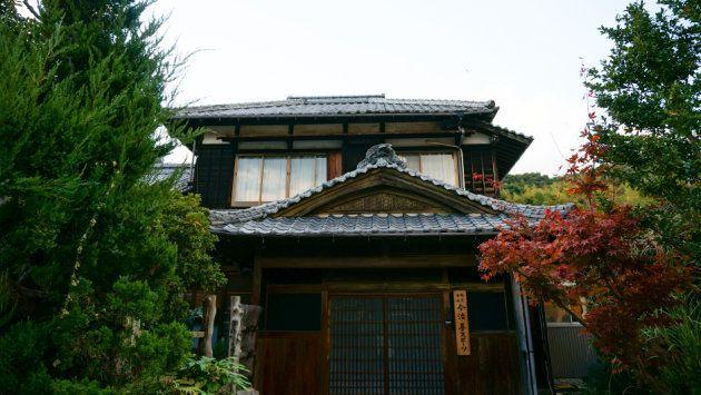 FC今治の事務所。今治市郊外にある築62年の民家を改装して使っている。庭には桜や紅葉も。