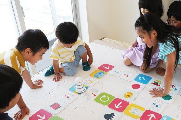 KUMIITAで遊ぶ子どもたち(A-portのプロジェクトページより)