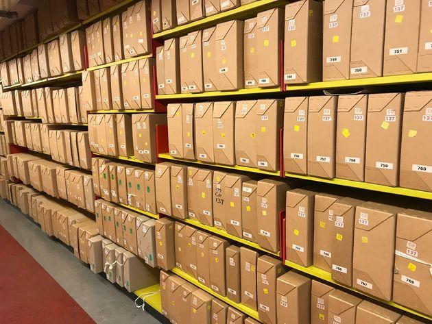 文書が入った箱が並ぶ書庫