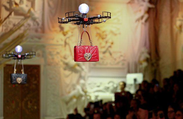 ドルチェ&ガッパーナのショーで、バッグを運ぶドローン=2月25日、ミラノファッションウィーク