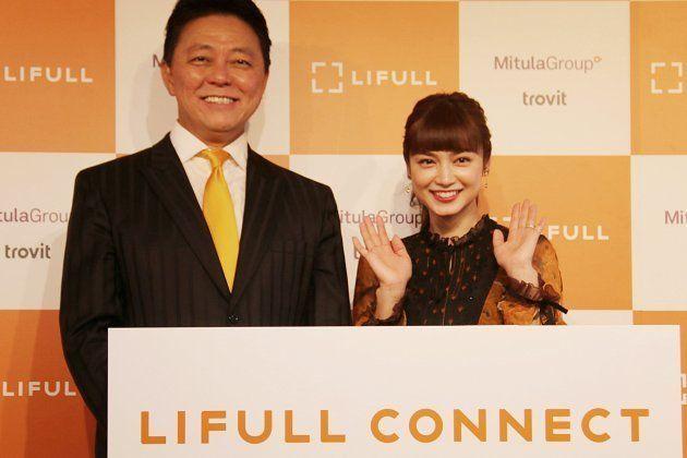 株式会社LIFULL 代表取締役社長 井上高志氏(左)。発表会には、LIFULLのグローバル本部長を務める長友佑都選手の代わりに、妻である平
